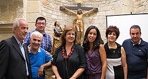 Foto di gruppo dei promotori del restauro, con nello sfondo il Cristo ligneo
