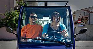 L'Assessore Renata Mura guida un'auto elettrica