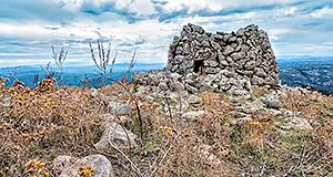 Foto del Nuraghe S'Orcu situato nelle montagne di Dolianova