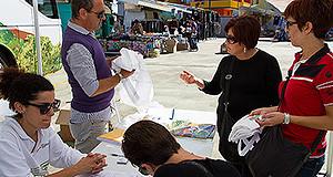 Persone all'info point di RuralBus, l'autobus itinerante per promuovere lo sviluppo rerale su 100 comuni della Sardegna