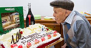 Foto del Signor Giuseppe Ignazio Boi che spegne la candelina dei suoi 106 anni - 7 Novembre 2013 - Dolianova - ParteollaClick
