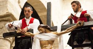 Due ragazzi del Gruppo Folk di Dolianova che tolgono i chiodi a Gesù dala Croce per la sua deposizione in occasione del venerdì Santo 2014 a Dolianova