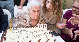 Foto di Signora Chiarina Lai, mentro soffia alle sue 100 candile per il suo centenario - Dolianova - 9 Giugno 2014