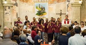 Foto di gruppo del Comitato 2014 della Festa in onore di San Giorgio martire a Dolianova, dentro la Chiesa di San Pantaleo