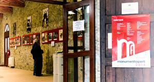 Foto della locandina di Monumenti Aperti 2014 nell'ingreso di Casa Dessy, la suggestiva casa Campidanese a Settimo a San Pietro