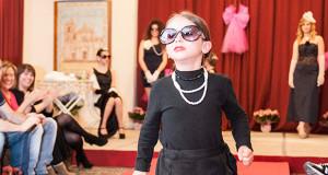 Bambina che sfila in occasione della Sfilata di Moda al Circolo Dolia - Maggio in Rosa - Dolianova - 10 Maggio 2014 - ParteollaClick