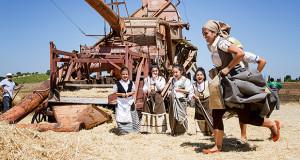 Gruppo di ragazza che corrono verso un mucchio di paglia per la Sagra della Mietitura 2014 - Dolianova - 28 Giugno 2014 - ParteollaClick