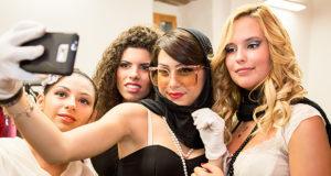 Foto di alcune ragazze che si fanno un selfie a Sfilata di moda Notte D'Incanto - Dolianova - 25 Luglio 2014 - ParteollaClick