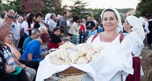Barralese che espone il pane appena sfornato alla XIXª Sagra del Pane Barrali. Sabato 12 Luglio 2014