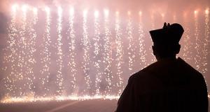Foto di Don fabrizio Pibiri che gurda le cascate di fuoco in occasione dei festeggiamenti in onore della madonna della Defisa 2014 - Donori