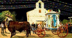 Foto del Cocchio con San Pietro che sostano davanti alla Chiesetta Campestre di San Pietro a Settimo San Pietro, in occasione dei sui Festeggiamenti - 5 e 7 Settembre 2014 - ParteollaClick