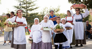 Foto di gruppo di donne e bambini di Barrali in abiti da lacoro con dei cesti di frutta e verdura in occasione di Sagrando a Barrali 2014 - Piazza del Popolo, Barrali - 13 Settembre 2014 - ParteollaClick