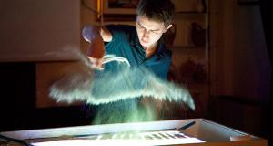 Foto di Yury Ptashynski nel suo sow dell'arte della sabbia - Inaugurazione Mostra di pittura di Yury Ptashynski - Dolianova - 26 Settembre 2014