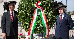 Bersaglieri che posano con la Corona di Alloro davanti al Monumento ai Caduti di Donori, in occasione della Celebrazione della Commemorazione ai Caduti - Donori - 4 Novembre 2014 - ParteollaClick