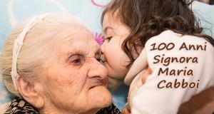 Foto di Signora maria Cabboi che bacia la nipotina in occasione del suo centesimo Compleanno - Dolianova - 26 Dicembre 2014