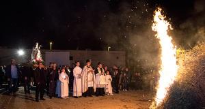 Foto alla Festa di Sant'Antonio Abate 2015 - Soleminis - 17 Gennaio 2015 - ParteollaClick - Il Cortea con la statua di Sant'Antonio posa davanti al falò appena acceso