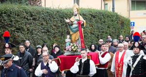 Foto alla Festa di Santu Braixeddu 2015 - Dolianova - 3 Febbraio 2015 - ParteollaClick - San Biagio portato a spalla dal Gruppo Filk IS Axriolas di Dolianova rientra in Chiesa dopo la processione