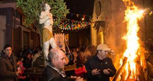 Foto si Su Fogadoni di San Sebastiano 2015 - Dolianova 19 Gennaio 2015 - ParteollaClick - Processione attorno al falò di San Sebastiano, della Statua il Parrcoco e il comitato organizzatore