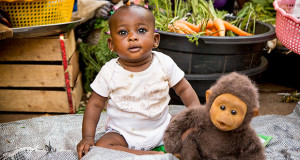 Foto di una Bambina Africana con un pupazzo. Ouagadougou, la Sardegna abbraccia l'Africa - Burkina Faso - Settembre 2015 - ParteollaClick - 620X330