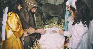 Foto di Gesù Bambino appena nato nella capanna alla Prima edizione del Presepe Vivente - Soleminis - 13 Dicembre 2015 - ParteollaClick