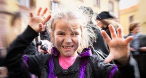 Foto di una bambina che emula una strega al Carnevale 2016 S'Attitidu e Giolzi - Bosa - 9 Febbraio 2016 - ParteollaClick