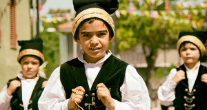Foto di tre bambini in Costume Sarda in occasione dei Festeggiamenti Patronali di SS.Salvatore 2015 e Sant'Efisio Martire - Serdiana - 11 Maggio 2015 - ParteollaClick