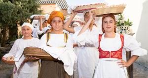 Foto delle degustazione del pane in Piazza del popopolo a Barrali in occasione della 20 ª Sagra del Pane - 11 Luglio 2015 - Barrali - ParteollaClick