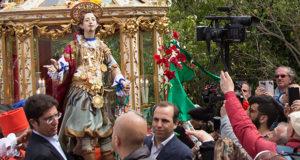 Foto di Sant'Efisio che viene portato a spalla per il cambio di decoro presso la Chiesetta Sant'Efisio della Casa Ballero - 360ª Festa di Sant'Efisio - Sardegna, Cagliari - Maggio 2016 - ParteolalClick