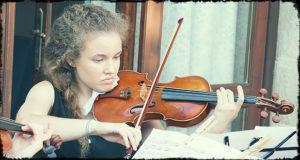 Foto di una ragazza che suona un violino alla 2ª edizione di Cortes in Classics - Dolianova - 17 Giugno 2017 - ParteollaClick